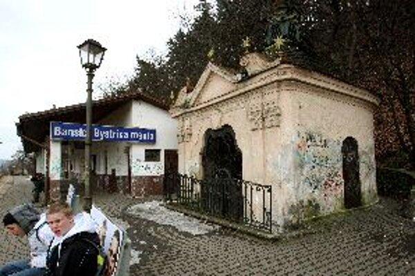Cenná baroková kaplnka dopláca na blízkosť železničnej stanice.