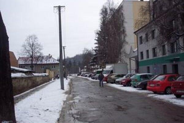 Černákova ulica je prepojená na Štúrovu ulicu. Tiež je rozbitá.