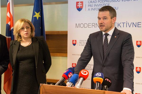 Eurokomisárka pre regionálnu politiku Corina Creţu a podpredseda vlády SR pre investície a informatizáciu Peter Pellegrini počas spoločného tlačového brífingu na tému: Eurofondy po roku 2020.