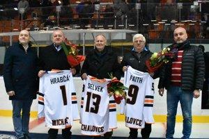 Michalovčania darovali pamätné dresy trom trénerom, Hrabčákovi, Selvekovi aFaithovi.