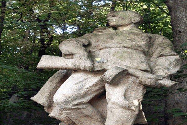 Sochu partizána často poškodzujú sprejeri, neprispieva jej ani vlhké lesné prostredie. Jej plánované premiestnenie však momentálne nie je pre mesto prioritou.