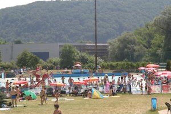 Letné osvieženie pri vode využíva čoraz viac ľudí.
