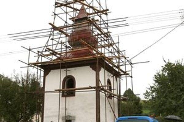 Rekonštrukciu zvonice pred časom ohrozila voda.