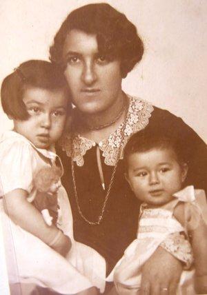 Ruth Mittelmannová (Charlotta Neumannová), mamička Hilda Neumannová a sestra Gertruda. 30-te roky