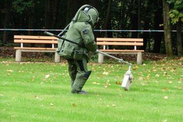 Policajt zneškodňoval bombu v areáli Ústavu srdcových a cievnych chorôb.