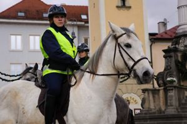 Súčasťou jazdeckej hliadky sú dve mestské policajtky.