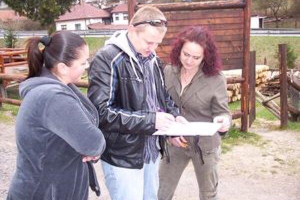 Obyvatelia niektorých častí spisujú petíciu.