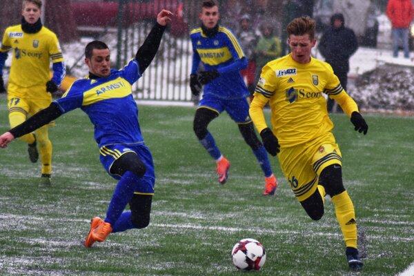 Zatiaľ jediná zimná posila Michaloviec Dawid Kurminowski (vpravo) dal vpríprave už dva góly.