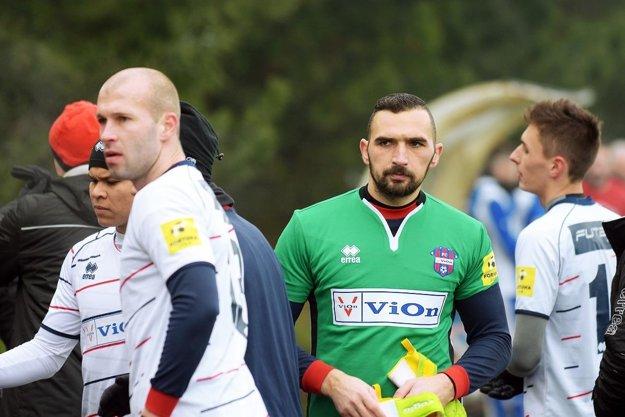 FC ViOn testuje obrancu Petra Jánošíka (vpredu vľavo).