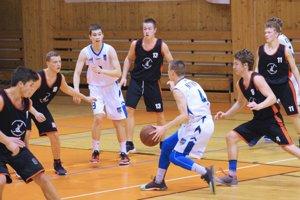 Kadeti Nitry v dohrávke porazili L. Mikuláš a vrátili sa do čela tabuľky. V bielom Miroslav Sáraz (s loptou) a Tomáš Bakay.