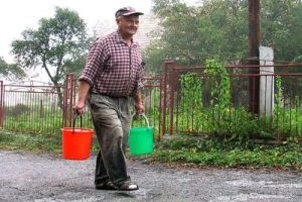 Vodovodné kohútiky na strednom Slovensku zatiaľ pracujú bez problémov, vodu netreba prinášať vo vedrách