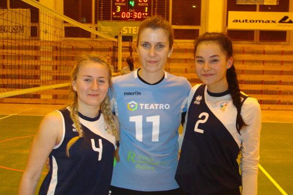 Aktérky zápasu. Zľava: Tereza Štefániková, Radka Kubaliaková a Sára Dlhošová.