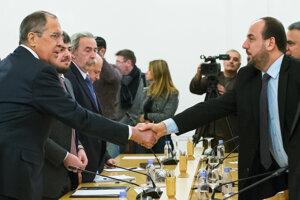 Sýrsky opozičný líder Násir Al-Hariri a Srgej Lavrov sa zdravia pred rokovaniami.