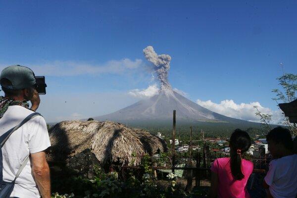 Sopka Mayon vysoká 2480 metrov sa nachádza v provincii Albay naseverozápade Filipín, približne 340 kilometrov juhovýchodne od hlavného mesta Manila.