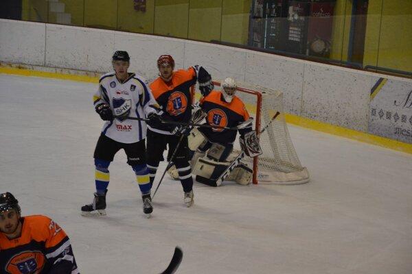 Dubnica (v oranžovočiernom) vyhrala 2.hokejovú ligu, Púchov (v bielom) bojoval na opačnom konci.