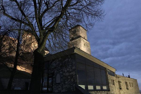 """V popredí administratívna budova, známa tiež ako """"skleník."""""""