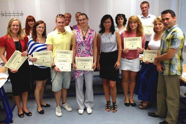 Študenti, ktorí ukončili letný online kurz Projektového manažmentu a verbálnej komunikácie.