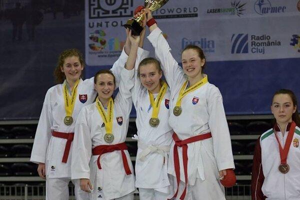 Majsterka Európy v karate Romana Adamcová (Sokol Ilava) - vpravo.