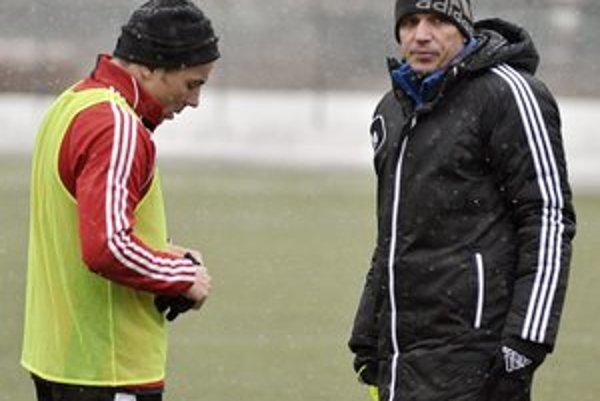 Hráč a športový riaditeľ Dukly Martin Poljovka (vľavo) počas prvého tréningu spolu s trénerom Norbertom Hrnčárom.