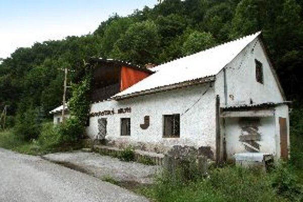 Hrochotský mlyn neďaleko plánovanej železnice je zatiaľ opustený