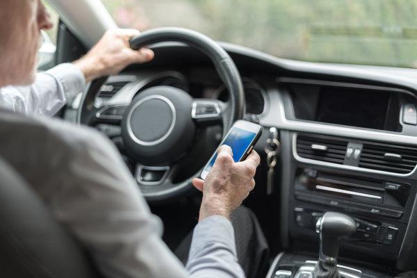 Nový návrh zákona zakazuje držanie telefónu za volantom