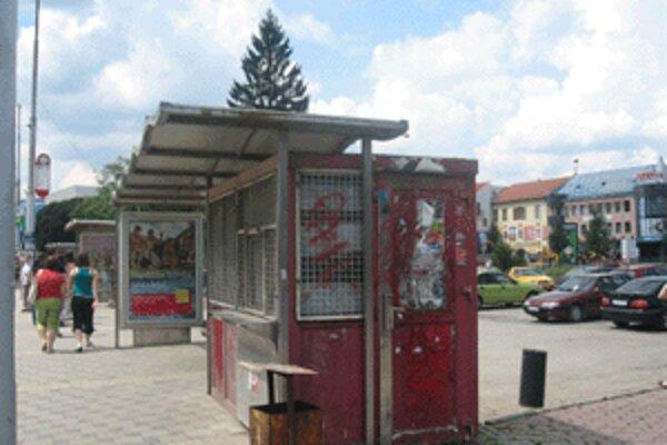 Už dlhšiu dobu je prázdny aj stánok na zastávke MHD na Huštáku.