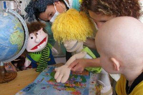 Deti z nemocnice sprevádzali po svete bábky.