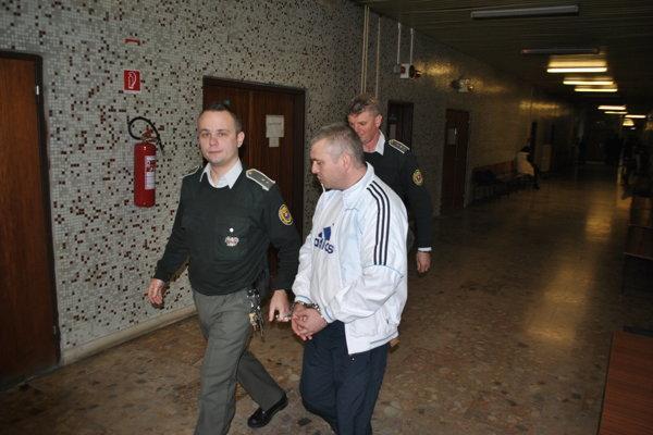 Yuriy s eskortou. Stále je vo väzbe, chce na slobodu.