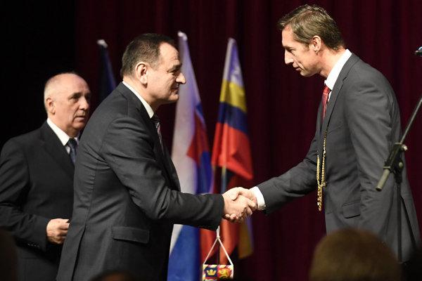 Peter Chudík (vľavo) odovzdal po 16 rokoch úrad. Vpravo nový župan Milan Majerský.