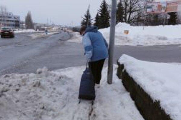 Chodci sa na mnohých úsekoch brodia snehom.