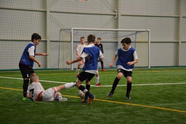Púchovčania (v modrom) v súboji s víťazom turnaja chlapcami z Trenčína.