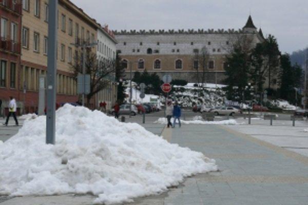 Zvyšky snehu na námestí.