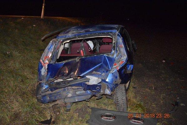 Auto sa po zídení z cesty niekoľkokrát prevrátilo.