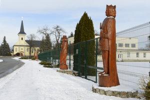 Na snímke časť Kráľovskej aleje sôch v obci Čečejovce, v okrese Košice - okolie. Vpravo stojí drevená socha kráľa Ľudovíta I. Veľkého, vľavo v pozadí je rímskokatolícky kostol.