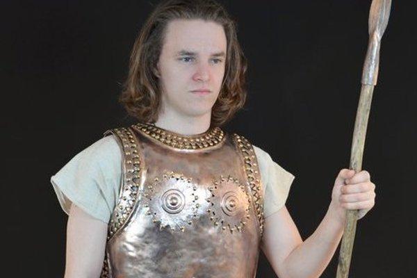 Replika bronzového panciera. Bojovník z Čaky podobný pancier nosil pred 3300 rokmi.