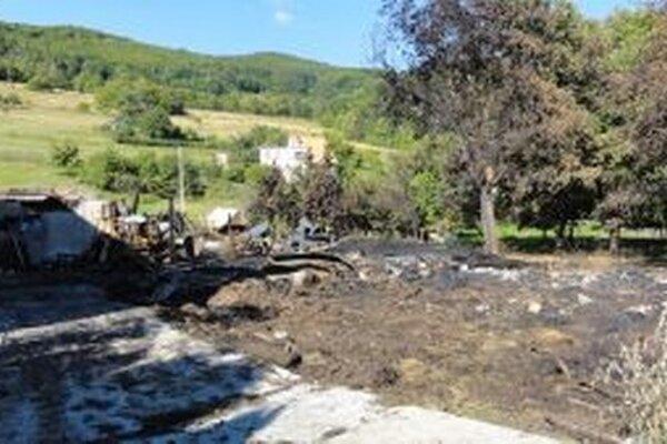 Z hospodárskej časti pri dome zostalo len zhorenisko.