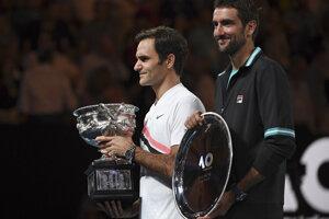 Roger Federer (vľavo) a Marin Čilič s trofejami.