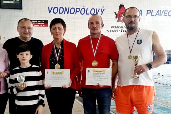 Erika Kosorínová (v strede) aRóbert Šupa (druhý sprava) sa postarali oSlovenské rekordy.