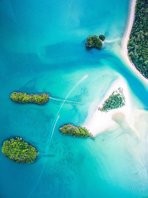 Piesočné thajské pláže sú veľkým lákadlom turistov. Táto je pri Ao Nang, v časti Krabi.
