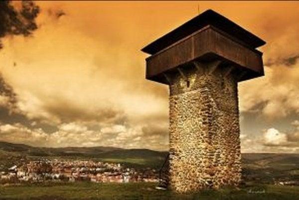 Vartovka, jedna z dominánt mesta, stojí na kopci Stražavár a pochádza z obdobia pred rokom 1564. Je to jedna z mála zachovaných strážnych veží na Slovensku a v súčasnosti slúži ako rozhľadňa na široké okolie Štiavnických vrchov a Krupinskej planiny.