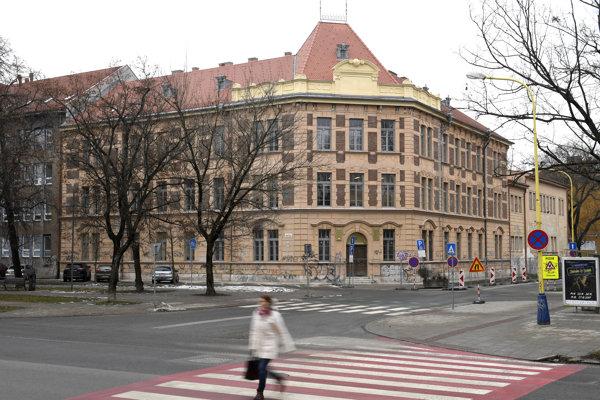Budovu PF UPJŠ postupne obnovujú.