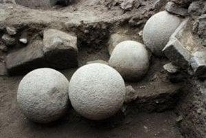 Kamenné gule na Čabradskom hrade.