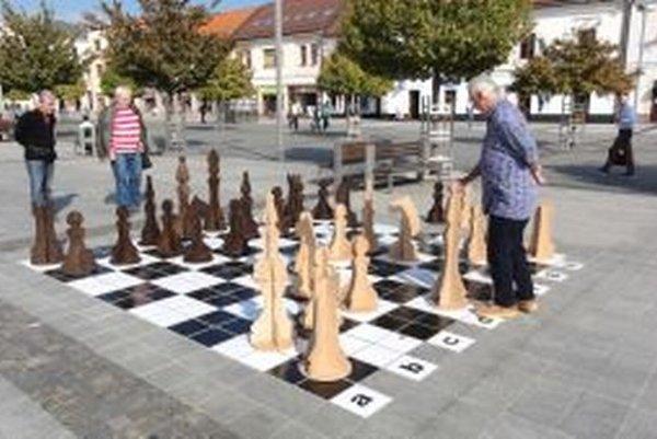 Šachové pole si prví odskúšali šachisti Pavel Lupták (v strede) a Igor Longauer (vpravo).