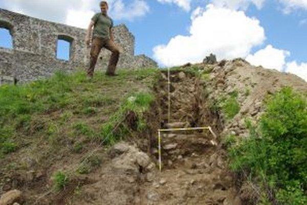 Skúmať hrad Dobrá Niva začali archelógovia už vlani. Na snímke sonda na hradnej akropole.