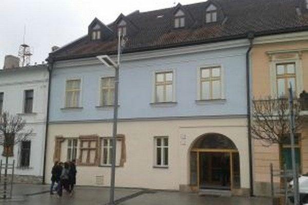 Dve susediace budovy múzea stoja na centrálnom zvolenskom námestí.