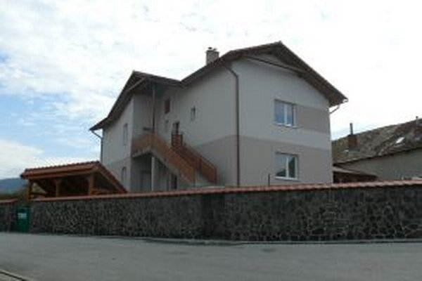 Prvý bytový dom v obci.