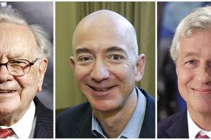 Zľava Warren Buffett, Jeff Bezos a Jamie Dimon.