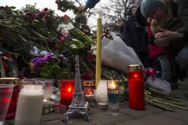 Solidaritu s Francúzskom vyjadrujú ľudia pred francúzskym veľvyslanectvom v Moskve.