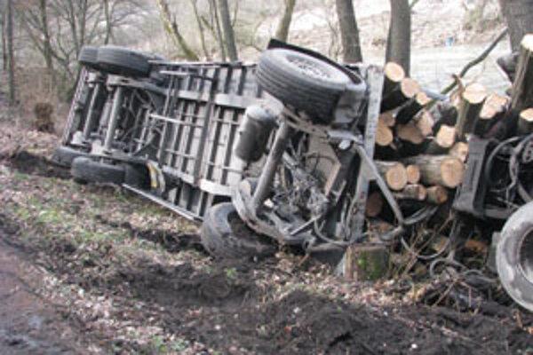 Prevrátené nákladné auto