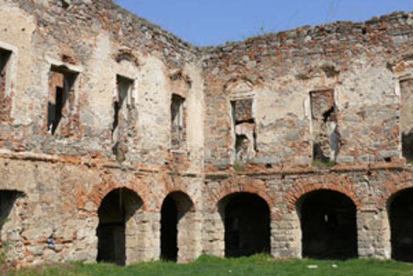 Zámok je v ruinách od skončenia druhej svetovej vojny.